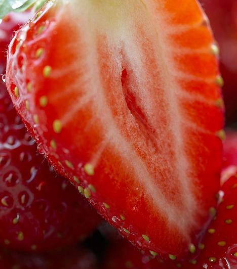 Eper  A nagy nyári kedvenc alig tartalmaz kalóriát, így nyugodtan fogyaszthatod fogyókúrád során. Magas C-vitamin- és flavonoid-tartalma elősegíti a zsírok könnyebb lebontását, emellett mangánt is tartalmaz, mely szintén megkönnyíti a zsírégetést, mivel fogyasztásával szervezeted karcsúsító hormonokat kezd termelni.