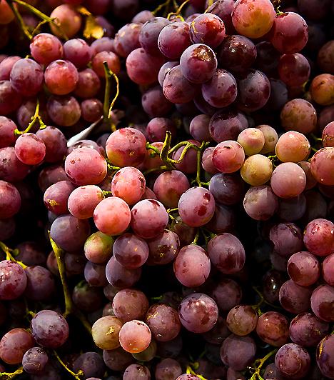 SzőlőA szőlő valóságos vitaminbomba, fogyasztásával emellett a zsírok könnyebb lebontását is elősegítheted. A szénhidrát kizárólag szőlőcukorként jelenik meg ebben a gyümölcsben, ami sokkal hamarabb jelent energiát számodra.