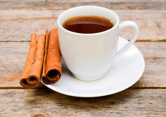 A fahéj illata sokaknál összekapcsolódik az ünnepi időszakkal. Jó hír, hogy a fahéjban lévő polifenol - MHPC - javítja az inzulinfunkciót. Emellett a fűszernövény serkenti az anyagcserét, a zsírégető folyamatokat, csökkenti az összkoleszterin- és a vércukorszintet. A fahéjat adhatod kalóriaszegény süteményekhez, zabkásához, de akár teát is főzhetsz belőle. Egy teáskanál apróra vágott, szárított fahéjat forrázz le 2 deciliter forrásban lévő vízzel, hagyd állni lefedve tíz percig, majd szűrd le! Még mire képes a fahéj? Kattints!