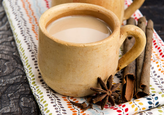 Az indiai chai tea alapja lényegében egyszerű fekete tea, amelyet különféle fűszerekkel ízesítenek, és legtöbbször egy kevés tejet is adnak hozzá. A fahéj, a csillagánizs és a gyömbér nem csupán kellemes aromájú fűszernövények, de serkentik a vérkeringést, felmelegítik a testet, antibakteriális hatásúak, valamint fokozzák az anyagcserét. Nézd meg, még milyen fűszerek kellenek a chai teához!