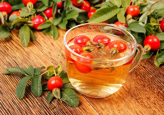 A csipkebogyó legnagyobb fogyókúrás előnye magas C-vitamin-tartalma: 100 gramm csipkebogyóban több mint 200 milligramm immunerősítő hatású vitamin van. Ennek köszönhetően a termés segít beindítani a zsírégető folyamatokat. Ezen kívül cseranyagai révén érösszehúzó hatással bír, orvosolja a puffadást. Korábbi cikkünkből megtudhatod, hogyan készíthetsz csipkebogyóteát szakszerűen, hogy ne vesszen el a C-vitamin-tartalom.