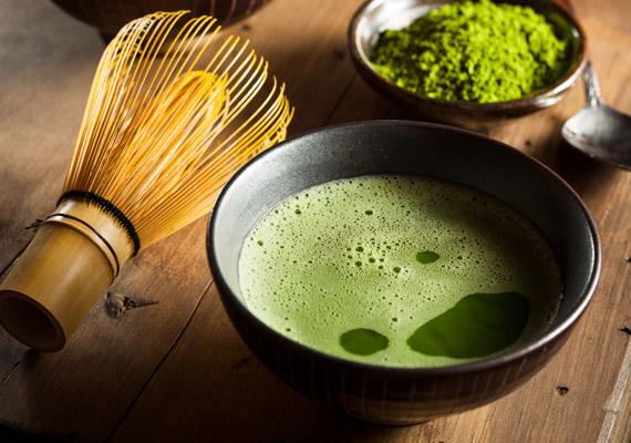 A Japánban csaknem ezer éve ismert egyedülálló zöld tea, a matche nemcsak antioxidáns-tartalmát tekintve veri a hagyományos kínai zöld teát, de 137-szer magasabb az epigallokatechin-gallát-tartalma - EGCG -, mint más zöld teáknak. Erről a vegyületről pedig bebizonyosodott, hogy képes megállítani a zsírsejtek növekedését. A tea elkészítési módjáról korábbi cikkünkből tájékozódhatsz.
