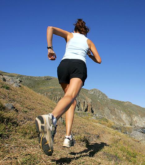 FutásA legősibb, legegyszerűbb és legolcsóbb sporttevékenység egyben a leghatékonyabb is, hisz minden izmot megmozgat, és jelentős mértékben fejleszti az állóképességet. A változatos terepviszonyoknak és félórányi jó zenének köszönhetően unatkozni sem fogsz, azonban ízületeid védelmében egy kényelmes futócipőt nem árt beszerezned.