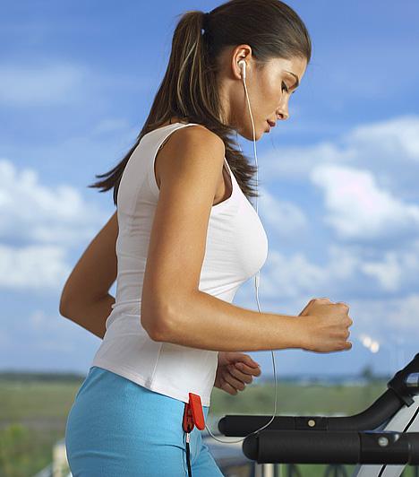 Gyaloglás  A futáshoz hasonlóan a gyaloglást is tetszőleges helyen végezheted, ám a könnyű sétánál intenzívebb tempót kell diktálnod magadnak. A dinamikus és lazább szakaszokból álló sétának megvan a maga technikája, amit, ha betartasz, fokozatosan ugyan, de látványos eredményt érhetsz el.
