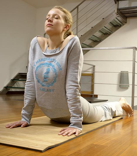 Jóga  Az első pillantásra könnyűnek és légiesnek tűnő jóga valójában komoly koordinációt és összpontosítást igényel, a mozdulatok helyes kivitelezése pedig épp olyan komoly izommunkát követel meg, mint más edzések. A jóga mindemellett a lélekre és a szellemre is jó hatással van - a stressz levezetésének egyik legjobb eszköze.  Kapcsolódó videó: Bikram jóga: így működik a fogyasztó, méregtelenítő jóga »