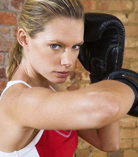 Kick-box  Az egész tested edző, ütésekkel és rúgásokkal kombinált, intenzív aerob mozgásnál keresve sem találhatsz jobb sportot, ha formálni akarod comb-, has- és farizmaidat, emellett fejlesztenéd állóképességedet is. A mozgásforma emellett kiváló módszer a feszültség levezetésére.