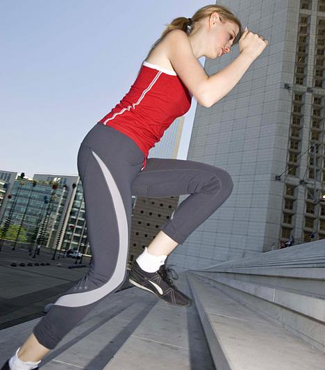 LépcsőzésAz egyik legegyszerűbb állóképesség-növelő edzésként számon tartott lépcsőzést szinte bárhol végezheted, ahol lépcsősort találsz, de otthoni lépcsőzőgépet is alkalmazhatsz. A módszer ideális választás, amennyiben lábaidat, combodat és a popsidat szeretnéd formába hozni.
