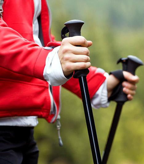 Nordic Walking  A Nordic Walkingra sokan, mint úri huncutságra tekintenek, pedig számos egészségügyi szempontból előnyös hatása van. Egyrészt izmaid 90%-át átmozgatja: ha helyes technikával dolgozol, a kar, váll, nyak és a hát izmait is edzésben tartja. Másrészt tehermentesíti az ízületeket, így veszélytelenebbé teszi a kirándulást és a fogyást akkor is, ha jelentős a súlyfelesleged. Az egyszerű gyalogláshoz képest 20%-kal több kalóriát égethetsz el vele.