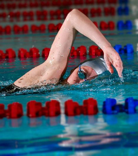 Úszás  Ha már a strandokon nem lubickolhatsz, marad az uszoda. Az úszás akkor is ajánlott sport, ha nagyobb súlyfelesleggel küzdesz, hiszen a víz felhajtóerejének köszönhetően nem kell aggódnod az ízületek terhelése miatt. Ha pedig már ott vagy az uszodában, ne hagyd ki a szaunát sem, mely segít beindítani a méregtelenítő folyamatokat és a zsírégetést.  Kapcsolódó cikk: Így használd az infraszaunát! »