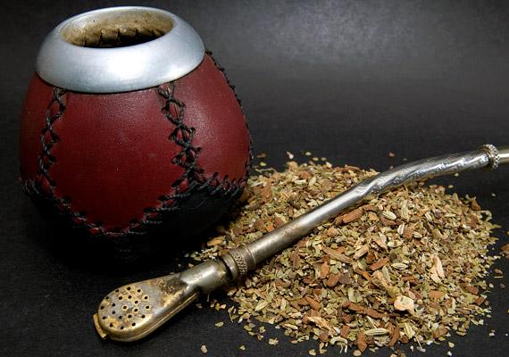 A mateteában lévő koffein serkenti az anyagcserét, de a növényben található közel kétszáz emésztésjavító anyag is segíti a bélrendszer helyes működésének a helyreállítását. Mindemellett a tea támogatja a szénhidrátok és a zsírsejtek lebontását. A mateteát így kell elkészíteni »