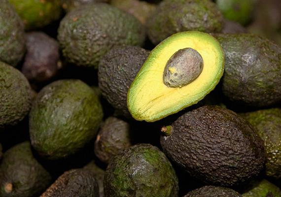 AvokádóAz avokádó kifejezetten zsíros termés, amely magas rosttartalmának és alacsony glikémiás indexének köszönhetően hosszú időre jóllakottá tesz. Azonban magas kalóriatartalma miatt vacsorára már nem ajánlott a fogyasztása.