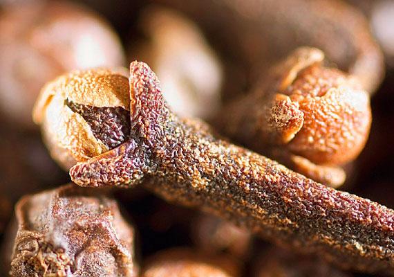 A szegfűszeg fertőtlenítő hatású fűszer - gyümölcsös ételekhez használhatod ízesítőként, de teát is készíthetsz belőle.