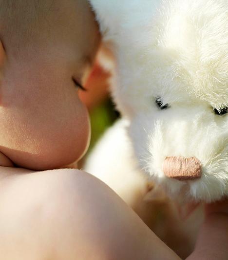 Plüssállatok a kiságyban                         Nappal nem baj, ha arra törekszel, hogy minél több kedves dolog vegye körbe a gyermekedet, de éjszaka, alvás közben, egy csecsemőnek semmi szüksége a plüssállatkákra vagy egyéb játékokra. Talán úgy gondolod, hogy a szőrös kispajtások remekül eltorlaszolják a kiságy rácsait, így nem szorulhat be a csemetéd feje, de megeshet, hogy a kicsi ficánkolása közepette pont a védőhelyzetbe állított maci lesz az, ami eltorlaszolja előle a levegőt.