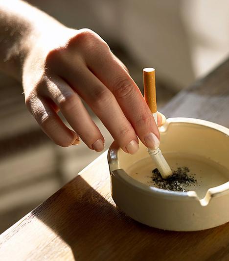 Füstös környezet  Miután összegyűjtötték az orvosok a bölcsőhalálok kapcsán feljegyzett adatokat, észrevették, hogy több olyan családot érintett ez a tragédia, ahol valamelyik szülő dohányzott, vagy terhessége alatt is füstölt az anyuka, esetleg valaki a környezetében. Ám még akkor is, ha az ember a gyerektől elzárt helyiségben gyújt rá, a káros anyagok továbbjuthatnak a légtérben, illetve megtapadhatnak a ruházaton. Ma már számos vizsgálattal kimutatták, hogy az anya, valamint a környezetében élők dohányzása megnöveli a hirtelen csecsemőhalál kockázatát.