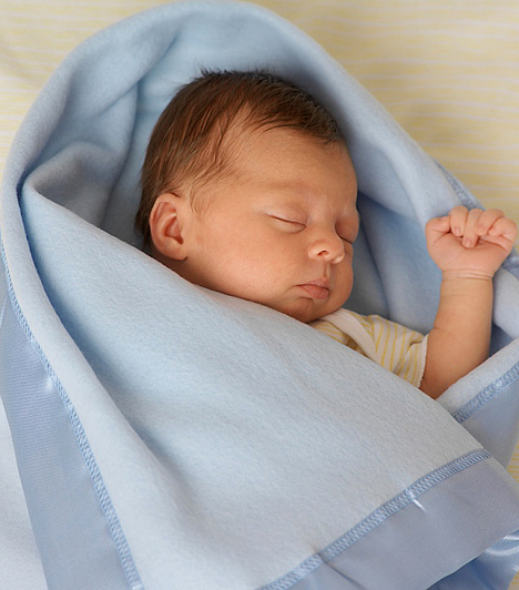 Nagy, vastag, nehéz takaróA nehézkes, vastag takaró vagy a paplan szintén veszélyes lehet, amikor alszik a kicsi. Könnyen beficánkolódhat alá, eltakarhatja az arcát, a nem szellőző anyaghalmaz alatt pedig összegyűlhet a kilélegzett, elhasznált levegő. Bebugyolálni sem szabad a gyereket, mert a mozgósabb babák belegabalyodhatnak a takaróba. Hideg éjszakákon legjobb a hálózsák, amit mocorgás közben sem tud lerúgni magáról a csöppség, így nem fog megfázni, és az arca is mindig szabadon lehet.