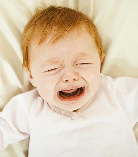 PárnaA párna nem tesz jót a csecsemők gerincének, ezért sincs szükségük rá, de másfelől a süppedős anyag veszélyes is lehet. A baba könnyen belefordulhat arccal, de még ez sem kell ahhoz, hogy gátolja a szabad légzésben. Hiszen a kicsi arcát körülfogó anyagredők között könnyebben megrekedhet a kilélegzett levegő.