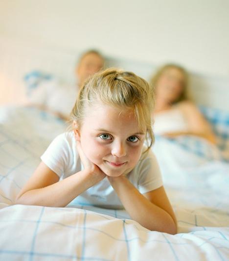 Kevés alvásVannak gyerekek, akik egyszerűen csak rossz alvók, másokat pedig képtelenség időben ágyba dugni, mert ki akarják tolni a játékidőt. A beletörődés helyett, érdemes inkább minél előbb megoldást találni a problémára, mert nemcsak a kicsi egészségét, hanem szellemi fejlődését is negatívan befolyásolja, ha nem alussza ki magát. Csupán egy-két órával kevesebb alvás is jelentősen rontja a koncentrációképességet, illetve megnöveli a reakcióidőt. Az idegrendszer egészséges fejlődéséhez szintén elengedhetetlen a megfelelő alvásidő.