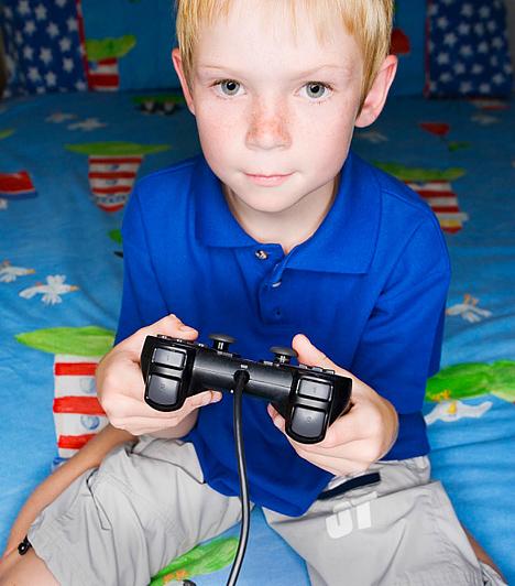 Virtuális játékA számítógépes és videojátékok bizonyos mértékben növelik a gyerek éberségét, hiszen kombinálnia, avagy rögtön reagálnia kell, hogy játékban maradjon. A hangsúly azonban itt is azon van, ha több órára ott ragad, illetve rendszeressé válik az efféle időtöltés. A virtuális játéktól ügyesedik ugyan, de a mesterséges focicsapat nem fogja őt szocializálni, nem kell tőlük megvédenie magát, mert nem fognak rosszat mondani rá, illetve azt sem kérik ki maguknak, ha ő rosszul viselkedik. Az efféle játékok visszaszorítják az érzelmi fejlődést, valamint a gyerkőc szókincse, fantáziája sem fog bővülni tőlük.