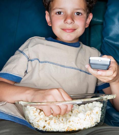 Sok tévézés                         Olykor nem is azzal van a legnagyobb baj, hogy milyen műsorokat, meséket néz a gyerek, hanem a tévénézés idejével. Általában az elfoglalt szülők csemetéi kuksolnak legtöbbet a bűvös doboz előtt, ha nem kapnak kellő figyelmet vagy más elfoglaltságot. Ilyenkor nemcsak a gyerek, hanem ugyanúgy az agyműködése is elkényelmesedhet, még akkor is, ha többnyire természetfilmeket néz. Mivel folyton egyvalamire fókuszál, beszűkül a figyelme és a látótere, ráadásul a fantáziája sem fejlődik. Szintén nagy gond, ha a tévénézés miatt kevés időt tölt a szabadban, nem barátkozik vagy késő estig ébren van.