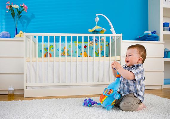 A régebbi kiságyak rácsai közötti távolság esetenként meghaladja a 6 cm-t, így a baba feje könnyen beszorul, ami fulladást okozhat.