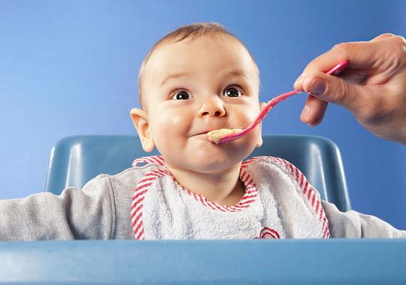 Az etetőszék révén a kicsi részesévé válhat a családi étkezéseknek, ám ha nem kellőképpen masszív és tömör, potenciális veszélyforrást jelent.