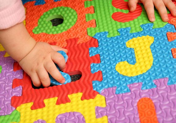 Egyes játékokban fellelhető a ftalát nevezetű vegyület, amely károsítja a májat és a vesét, allergiára és asztmára hajlamosíthat.