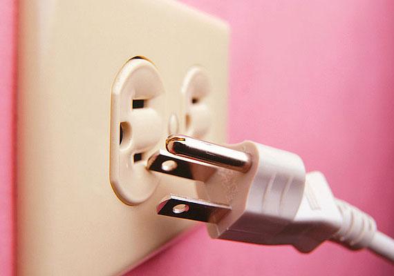 A kicsik szeretnek különféle tárgyakat lyukakba dugni - sajnos a konnektorokba is. Használj konnektorvédő dugót!