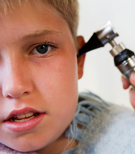 Középfülgyulladás  A gyerekek többféle okból és gyakrabban kapnak középfülgyulladást, mivel az immunrendszerük még kialakulóban van. Úgy óvhatod meg tőle a csemetédet, akár egy megfázástól, de ha visszatérő probléma a gyermekednél, akkor a huzattól is védened kell. Az is gyakori, hogy egy gennykeltő baktérium támadja meg a középfület. Ez a betegség nagyon fájdalmas, mert a genny a dobhártyát kifelé feszíti. Ha elmulasztjátok a kezelést, a váladék a dobhártyán keletkező lyukon át a hallójáratba juthat, és halláskárosodást okozhat. Mindenképp szükséges antibiotikumos kezelés.