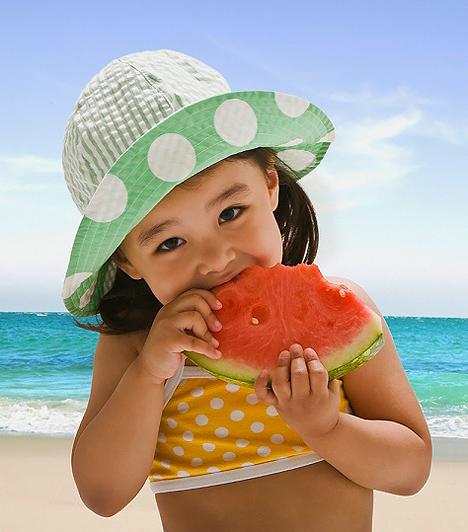 Napszúrás  Sokan úgy gondolják, hogy a napszúrás csupán egy kellemetlen tünetekkel járó dolog, pedig kisgyerekeknél könnyen életveszélyessé is válhat. Ha huzamosabb ideig éri a fejet napsütés, az agy hőmérséklete megemelkedik, ami fokozza az agyhártya izgalmát, valamint koponyaűri nyomást idéz elő. Súlyos esetben a kis lurkók testhőmérséklete hirtelen felszökhet. A gyakori hányás pedig gyors kiszáradáshoz vezethet. Mindez megelőzhető, ha a szabadban világos kalapot adsz a csemetéd fejére, és tűző napon még lehúzott ablaknál sem hagyod az autóban üldögélni. Ezenkívül fontos a megfelelő folyadékbevitel.