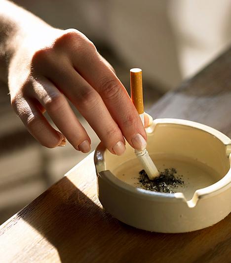 DohányzásNem lehet elégszer hangsúlyozni, hogy a dohányzó anya milyen súlyosan veszélyezteti születendő gyermekét. Minden egyes szál cigaretta elszívása megnöveli a szívbetegség kialakulásának rizikóját és a koraszülés kockázatát. Ha terhesen is füstölsz, mindezek mellett azzal a lehetőséggel játszol, hogy a kisbabád fejletlenül, kis súllyal vagy légzőszervi problémákkal jön a világra, esetleg az oxigénhiány miatt az idegrendszere is károsodhat. A huzamosabb ideig tartó passzív dohányzás - ha egy közeli családtag pöfékel a kismama környezetében - éppúgy veszélyezteti a baba és az édesanya egészségét. Érdemes már a babavárást megelőzően lemondanod erről a káros szenvedélyről.