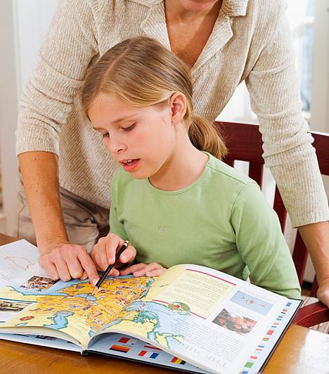 Segíts neki a tanulásban!                         Nem minden gyerek igényel segítséget a tanulásban, de persze akkor is érdemes figyelemmel követned a tevékenységét, és azt, hogy milyen tárgyakból kell felkészülnie. Ne azért ülj le mellé, hogy számon kérd, hanem azért, hogy támogató partnere légy a tanulásban. Hagyd, hogy felmondja neked a leckét, és ha nem ért valamit, vezesd rá a megoldásra, de ne dolgozz helyette! Beszéljétek át a fontosabb pontokat, amiket ismételtess el többször a porontyoddal, hogy könnyebben rögzüljenek. Amennyiben vizuális típus, le is írhatja a tartalmi lényeget, ezáltal hamarabb megjegyzi.