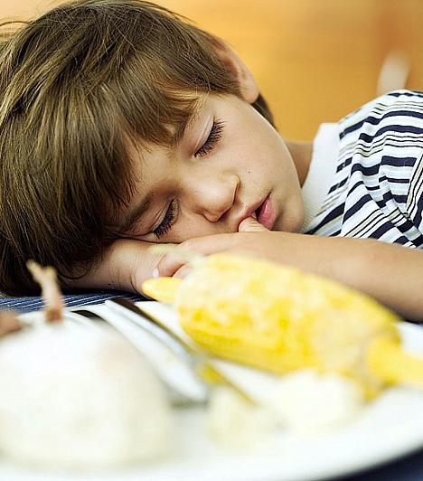 Nem mindegy, mit eszik előtte                         A legtöbb gyerek az iskolában elfogyasztott uzsonna ellenére is farkaséhesen tér haza, és ilyenkor hajlamosak gyorsan mindent összehabzsolni. Ez máskor sem jó, de leckeírás előtt még inkább figyelj oda arra, hogy mit és mennyit eszik porontyod. A nehéz ételek ugyanis egyfajta kajakómát okozhatnak, vagyis az emésztési folyamat jobban leterheli a szervezetet. Ettől a gyerkőc erőtlenebbé válhat, kicsit ellustulhat és elbágyadhat, ami akadályozhatja a tanulásban.