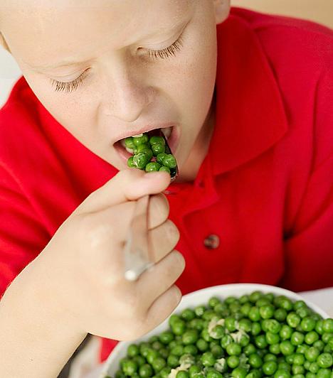 Helyes táplálkozás  A vegyes, kiegyensúlyozott táplálkozásnak nagy szerepe van a gyerek fejlődésében, ám egyúttal abban is, hogy mennyire vág az esze. Az optimális agyműködéshez energiára, tápanyagokra, vitaminokra van szüksége a szervezetnek. A fehérje ebből a szempontból elengedhetetlen a kicsik számára, de vannak kifejezetten agypörgető táplálékok. Az amerikai kutatók például a spenót rendszeres fogyasztását ajánlják a gyorsabb tanulás érdekében. A zöldborsó pedig sok B-vitamint tartalmaz, ami az agy és az idegrendszer megfelelő működéséhez járul hozzá.