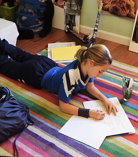 Saját tanulókuckó  Még akkor is, ha a gyerkőc közös szobát birtokol a testvérével, érdemes kialakítani számára egy saját kis zugot, ahol zavartalanul tanulhat. Ha a konyhában, nappaliban tanul, ahol a család többi tagja sertepertél, könnyen elterelődhet a figyelme, esetleg más cselekvések elcsábíthatják a leckétől. Ráadásul szüksége van egy íróasztalra, ahol görnyedés nélkül végezheti a munkáját.