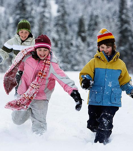Friss levegő                         Az iskolában is tartanak olyan szünetet, amikor kiviszik a nebulókat az udvarra, hogy felfrissüljenek. Az otthoni tanulóidőbe éppúgy beiktathattok egy kiadós sétát, esetleg egy órácska játékot a szabad levegőn, különösen akkor, ha a gyerek bágyadtan, kedvetlenül lát neki a leckének, és hamar lankad a figyelme. A friss levegő csodákra képes, és egy kis mozgás után sokkal fogékonyabb lesz a csemetéd agya!
