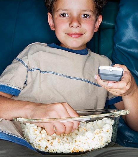 A tévénézés ellustít                         A gyerkőc idejébe érdemes úgy belekalkulálni a tévézést, hogy az ne menjen se a tanulás, se a lefekvés kárára. A tévé bámulása ellustítja a gyereket, így nem sok kedve lesz majd nekigyürkőzni a leckének. Közvetlenül lefekvés előtt pedig azért káros, mert nehezebben aludhat el a lurkó.