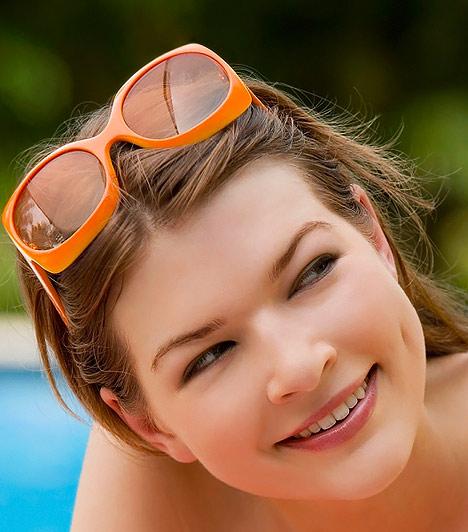 Feltűnő napszemüveg  Nagy pocak ide vagy oda, egy napszemüvegre mindig szükséged lehet, ám ezúttal bátrabban válogathatsz az élénk színű, extravagánsabb darabok közül, melyek bájosan keretezik az arcodat, ezáltal felülre vonzzák a tekintetet. Arra azonban ügyelj, hogy a fejformádhoz illő típusra essen a választásod - ha a várandósságod alatt kerekebb lett az arcod, semmiképp se vállalj be körlencsés megoldásokat, illetve túl széles szemüvegkereteket.