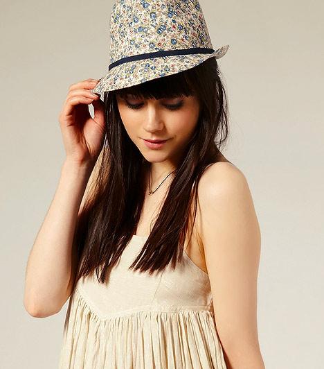 Kalap  A magas nők egyik kiváltsága, hogy a terhességük alatt kevésbé szembetűnő a pocakjuk mérete. Mivel ilyenkor már nem ajánlott és amúgy sem kényelmes a magas sarkú cipő, más optikai csaláshoz kell folyamodnod, ha nem kimondottan sudár a termeted. Amennyiben bevállalós vagy, szerezz be egy formás kis kalapot, mely amellett, hogy megtoldja néhány centivel a magasságod, stílust ad a legszimplább öltözékednek is.
