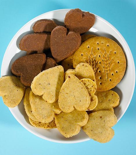 Kekszek  A gyerekeknek is szükségük van gabonafélékre, így azt gondolhatod, hogy a keksz megfelelő kiegészítő táplálék lehet a főétkezések között. Ám többségük nem teljes kiőrlésű gabonából készül, valamint rengeteg cukrot, illetve glükózszirupot rejt magában. Az előállításukhoz gyakran térfogatnövelő szereket, sót, aromákat, lisztkezelő szereket és színezékeket is használnak. Ha a gyermeked gluténérzékeny, különösen vigyázz az efféle termékekkel.