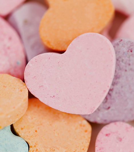 Vitaminos cukorkák  Manapság egyre elterjedtebb, hogy a gyártók hozzáadott vitaminokkal próbálják jobb fényben feltüntetni a színes cukorkákat. Ám ne dőlj be ennek a badarságnak, mert még ha tartalmaznak is C-vitamint, az a mennyiség igencsak elenyésző ahhoz, hogy támogatni tudja a csemetéd egészségét, valamint cseppet sem kompenzálja a termék cukor- és színezőanyag- tartalmának a káros hatásait. Ugyanakkor a létfontosságú vitaminokhoz természetesebb úton, zöldségekből és gyümölcsökből is hozzájuthat a gyerek.