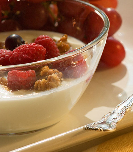 Gyümölcsös joghurtA probiotikumot tartalmazó joghurtok javítják a bélflóra egyensúlyát, valamint értékes kalcium- és vitamintartalmuknak köszönhetően támogatják a kicsik immunrendszerét. Ám egyes gyümölcsjoghurtok gyártása során cukrozott, pépesített gyümölcsalapot használnak, ezek pedig már nem annyira egészségesek. Érdemes tehát körültekintőbben válogatnod az ilyen termékek közül.