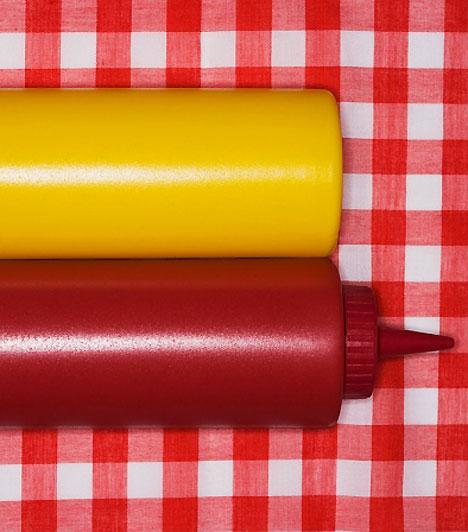 KetchupA ketchup könnyen egészségesnek hihető, hiszen vitaminban gazdag paradicsomból készül. Ehhez a sűrítményhez azonban olyan alapanyagot használnak fel általában, amely másra már alkalmatlan. A paradicsompép mellett pedig nagy mennyiségben tartalmaz állományjavítókat, tartósítószert, illetve cukrot.