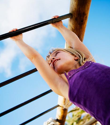 Kék égbolt, repülés, zuhanás  A repüléssel kapcsolatos álmok mindig a legizgalmasabbak a gyerekek számára. Csak akkor változnak rémálommá, ha a jó érzést, a lebegést, zuhanás és sérülés követi. A kék égbolt, illetve a repülés általában a szabadságvággyal összeköthető. Lehet, hogy a gyerkőc besokallt picit az iskolától vagy az otthoni elvárásoktól, kötöttségektől, és szeretne egy picit kiszabadulni a béklyóból, vagyis átvitt értelemben szabadon szállni a széllel. A szülői elvárások azonban visszarántják a földre, és fél a büntetéstől, ami az álomban leeséssel, sérüléssel játszódik le. Ez egy segélykiáltás, hogy lazíts a gyeplőn!