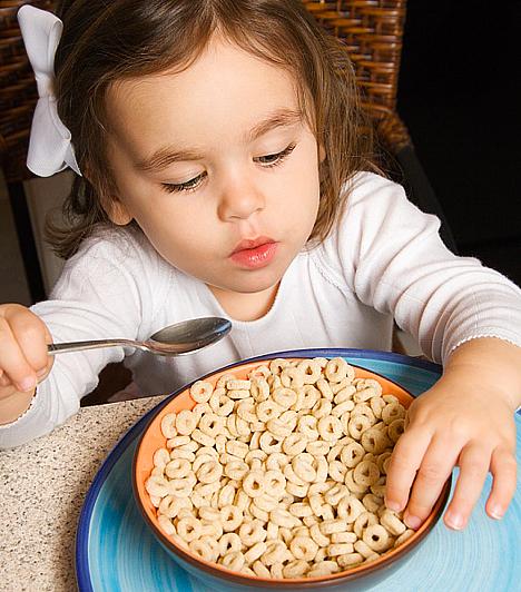 Gabonapehely  A teljes kiőrlésű gabonapehely egészséges, ráadásul olyan vitaminokkal dúsítják, melyek kifejezetten jót tesznek az agyműködésnek. A cukros, színezett, fehér lisztből készült agytompító verzióik azonban már kora reggel vércukor-ingadozást okoznak, ami kihat a gyerek közérzetére, és befolyásolja a koncentrációképességét.