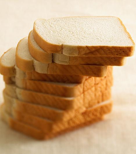 Fehér kenyér  A fehér kenyér legfőbb problémája a liszt, amiből sütik. Az előállítása során ugyanis a búza tápanyagokban és rostokban gazdag részeit eltávolítják, és csupán a keményítőt és fehérjét tartalmazó magbélt hasznosítják. Pedig a legtöbb rostot a korpa tartalmazza, míg a búzacsíra remek E- és B-vitamin forrás. A teljes kiőrlésű liszt esetében ezek az értékes összetevők nem vesznek el, sőt, bizonyos esetekben négyszer annyi a tápértékük, mint a finomított változataiknak. Ezért egészségesebbek a teljes kiőrlésű kenyérfélék, melyek ráadásul rostokkal könnyítik az emésztést, ezáltal a méreganyagoktól is segítenek megszabadulni.
