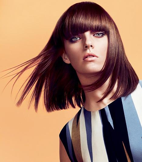 Félhosszú, frufrus frizura  Hasonlóképpen működik a valamivel hosszabb, szögletesen nyírt fazon, melyet alkalomadtán össze is foghatsz. Szintén a retro trendek ihlették, és jól passzolnak hozzá a természetes színek. Az egyenes hajvégek ugyan nem turbózzák fel a hajad volumenét, de selymessé, lággyá teszik az összhatást, amennyiben kicsit befelé szárítod a tincseket. Ettől pedig új életre kel a loboncod, mert egyszerű, de bájos eleganciát fog hirdetni.