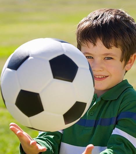Focilabda  Amennyiben nem bőr focilabdát visztek magatokkal a parkba, hanem a puhább utánzatát, a rugdosás megunása után kidobóst játszhattok a többi gyerekkel, amivel olyan jól ellesznek a kicsik, hogy egy idő után kiszállhatsz belőle, és megpihenhetsz végre egy padon. A focilabda arra is jó, hogy játszva barátokat szerezzen magának a kölök, hiszen megfigyelhető a játszótereken, hogy valahányszor elgurul egy labda, mindig akad egy kislegény, aki visszarúgja, aztán bekérezkedik a játékba.