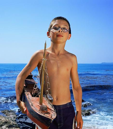 Kishajó  Ha víz közelben nyaraltok, lepd meg a csemetédet egy szuper kishajóval, amivel kedvére eljátszhat a sekély vízben. Kirándulásokon, erdei túrák során úgyszintén jól jöhet a fürdőkádban kipróbált hajócska, mert a patakban is meg lehet úsztatni, esetleg kövekből kikötőt építhet neki a gyerek, hogy el ne sodorja az ár. Számos játék forrása lehet egy ilyen egyszerű kis eszköz, mely egyben fejleszti a gyerkőc fantáziáját.