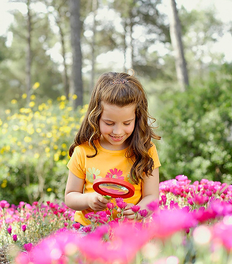 Nagyító  Az ember néha nem is gondolja, mi mindennel el tud játszani a gyerek. Túrázós, barangolós kirándulásokra, de akár a parkba is magatokkal vihettek egy nagyítót, amivel jól elszöszmötölnek a kicsik, természetbúvárt játszva. Így minden fűben motozó bogarat, és érdekes növényt közelről meg tudnak vizslatni, ráadásul közben a természettel is ismerkednek. Ezáltal tovább tart majd a séta, de senki sem fog az öledbe kérezkedni nyűgösködve, mert megunta az egészet.