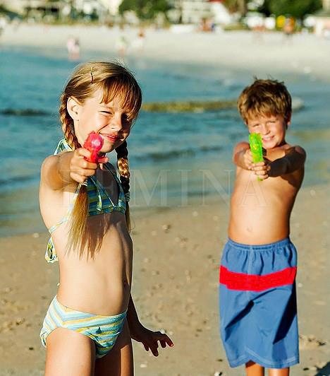 Vízipisztoly                         Meleg időben nemcsak a strand kelléke lehet a vízipisztoly. A parkban vagy a játszótéren ugyanúgy eljátszhatnak vele a gyerekek, persze előtte nem árt megérdeklődni a többi anyukától, hogy gondot okoz-e számukra, ha fel van fegyverkezve a porontyod. Előfordulhat ugyanis, hogy egyesek sértésnek veszik a gyerek félrecélzott vízspriccelését.